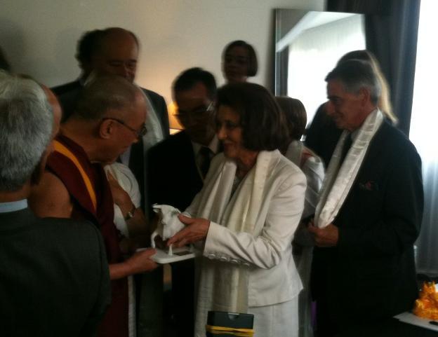 Remise du trophée du Taureau blanc au Dalai-Lama
