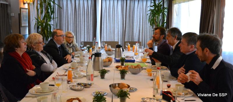 à gauche, les députés, à droite les militants du CRAC Europe