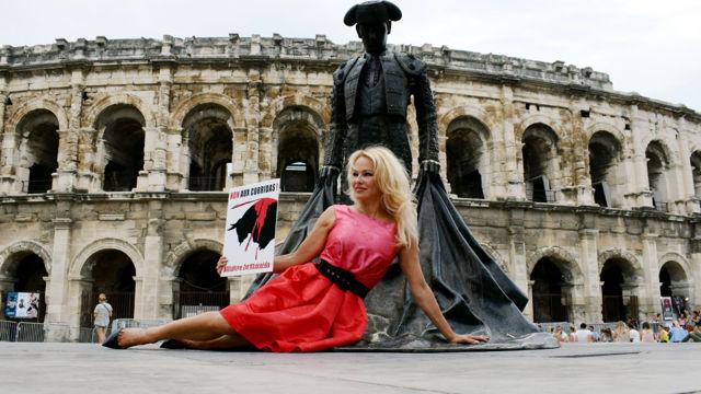 Pamela Anderson dénonce la corrida à Nîmes