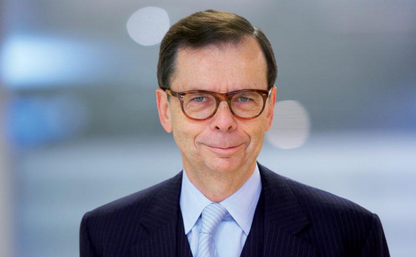 Louis Schweitzer, Président de la LFDA et ancien Président du groupe Renault, signe le manifeste de la FLAC